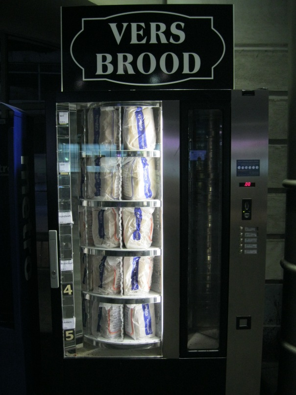 Okay, I know that last year in Japan I was obsessed with vending machines, and that phase of my life is over now. But I couldn't help taking a picture of this. It's a vending machine for fresh loaves of bread!
