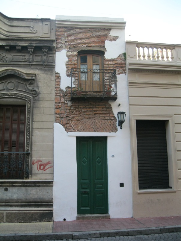 The narrowest house in Buenos Aires happens to be in San Telmo. I really dislike the faux rendering on the front - it's made to look like it's old and falling off, but it just looks tacky and fake.