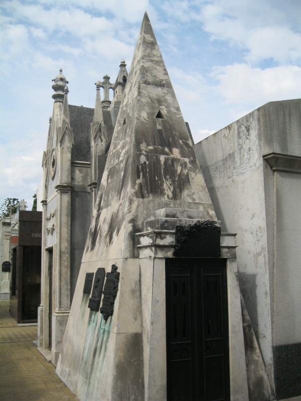 This tomb had a really modern, pyramidal shape. If I was Dan Brown, I'm sure I'd have some sort of Masonic suspicions!
