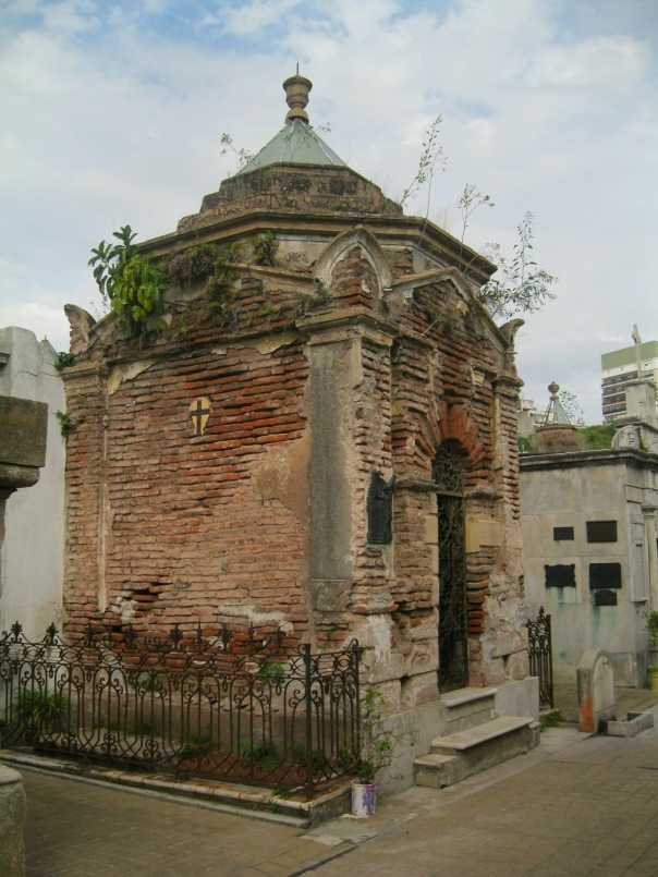 This was one of our favorite tombs - it's very Italianate in it's use of stone of shape. I also like the greenery creeping around the bricks, although I'm sure after years of this the whole thing will fall down.