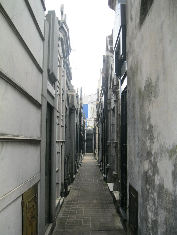 The narrow alleys between the tombs. Without the excellent map provided by the cemetery, I think it would be quite difficult to find your way!