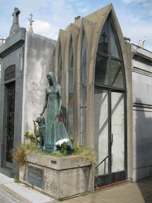 I particularly liked this tomb, with the statue of a girl and her dog in front. The glass arches also appeal to me - it's got an elegant simplicity to it.