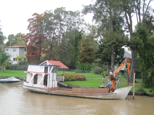 We wondered how construction worked in Tigre - with no roads to get the cranes in, how does one build a new house? And just then, we saw this: a crane on a boat. Ingenious.